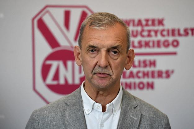 Szef ZNP Sławomir Broniarz na konferencji prasowej /Piotr Nowak /PAP