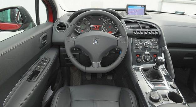 Szeroki tunel środkowy ogranicza przestronność wnętrza, ale nadaje mu oryginalny charakter. Do czytelności, ergonomii, jakości wykonania oraz zastosowanych materiałów nie mamy uwag. /Motor