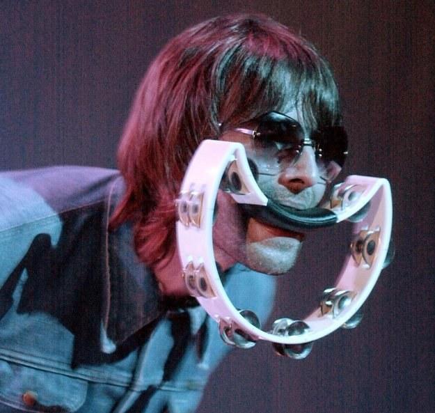 Szeroki uśmiech na twarzy Liama Gallaghera, wokalisty Oasis - fot. Dave Hogan /Getty Images/Flash Press Media