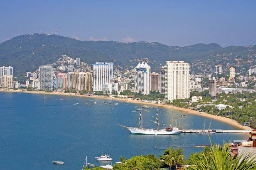 Szerokie zakole Zatoki Acapulco (Bahía de Acapulco) widziane z drogi Carretera Escenica: rozgrzane powietrze, złote piaszczyste plaże, ciąg wyrastających pod niebo hoteli, a w głębi górski masyw Sierra Madre /123RF/PICSEL
