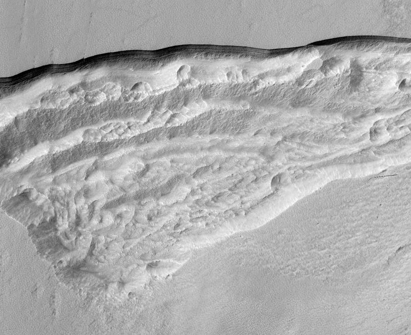 Szersze spojrzenie na wycinek Promethei Terra w obszarze, gdzie HiRISE zarejestrował pokłady lodu wodnego /materiały prasowe