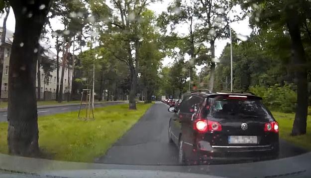 Szeryf w Volkswagenie Passacie /