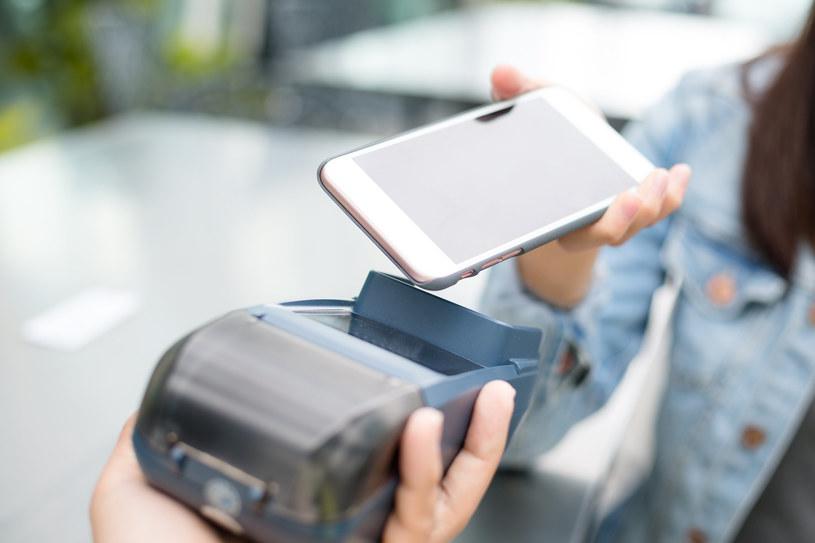 Sześć banków umożliwi zbliżeniowe płatności Blikiem /123RF/PICSEL
