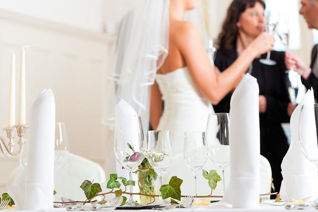 Sześć kwestii, o których należy pamiętać przy organizacji stołu weselnego... /©123RF/PICSEL