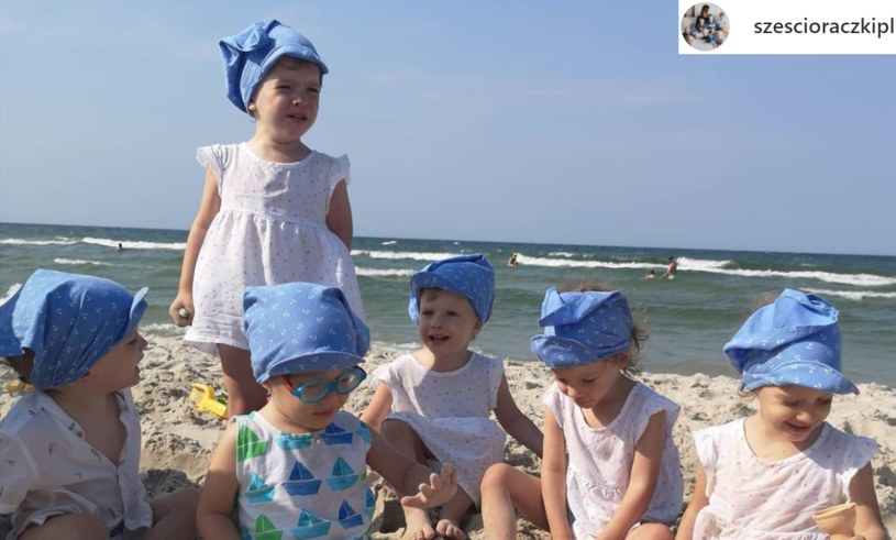 Sześcioraczki odpoczywają obecnie nad morzem. Ubrane w takie same, błękitne chusteczki i podobne białe koszulki, prezentują się wyjątkowo uroczo /@szescioraczkipl /Instagram