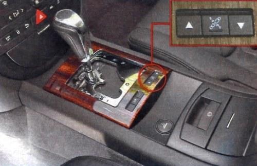 """Sześciostopniowy automat dobrze radzi sobie podczas dynamicznej jazdy. Przyciskiem """"Sport"""" zmienia się tryb pracy zawieszenia na sztywniejszy. /Motor"""