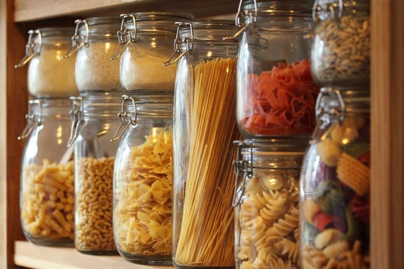 Szklane pojemniki na żywność stanowią dobrą ochronę przed molami /123RF/PICSEL