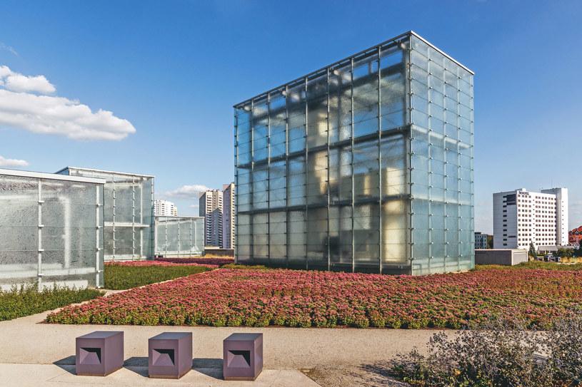 Szklane ściany Muzeum Śląskiego nie przesłaniają zabutkowych budynków kopalni /123RF/PICSEL