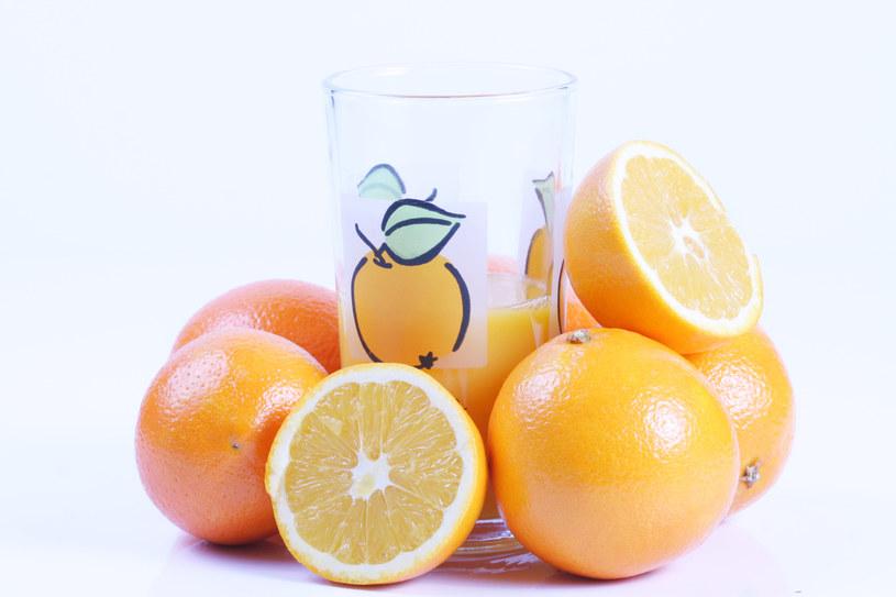 Szklanka soku pomarańczowego /© Photogenica
