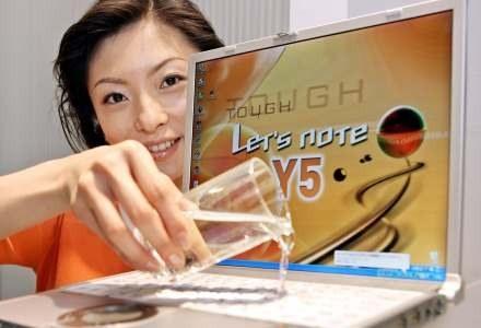 Szklanka wody na notebooka i mamy spory problem. Gwarancja raczej tutaj nie pomoże... /AFP