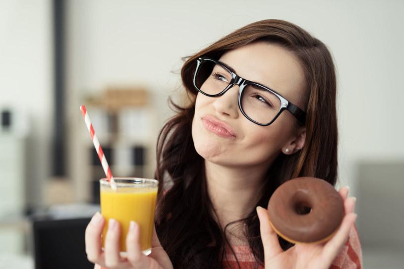 Szklanka wody z cytryną o poranku pobudza lepiej niż kawa. Napój poprawia też pamięć i koncentrację /123RF/PICSEL