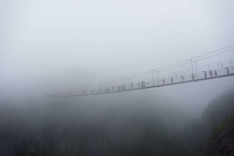 Szklany most w bardziej ekstremalnych warunkach pogodowych /AFP