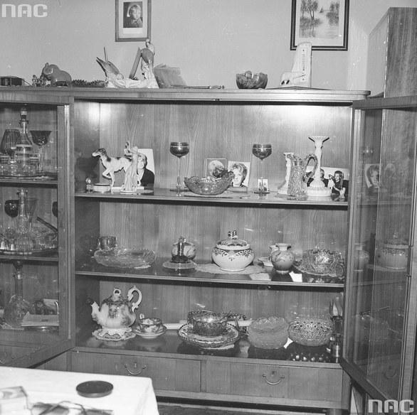 Szkło i bibeloty z mieszkania w latach 80., fot. Narodowe Archium Cyfrowe /materiał zewnętrzny