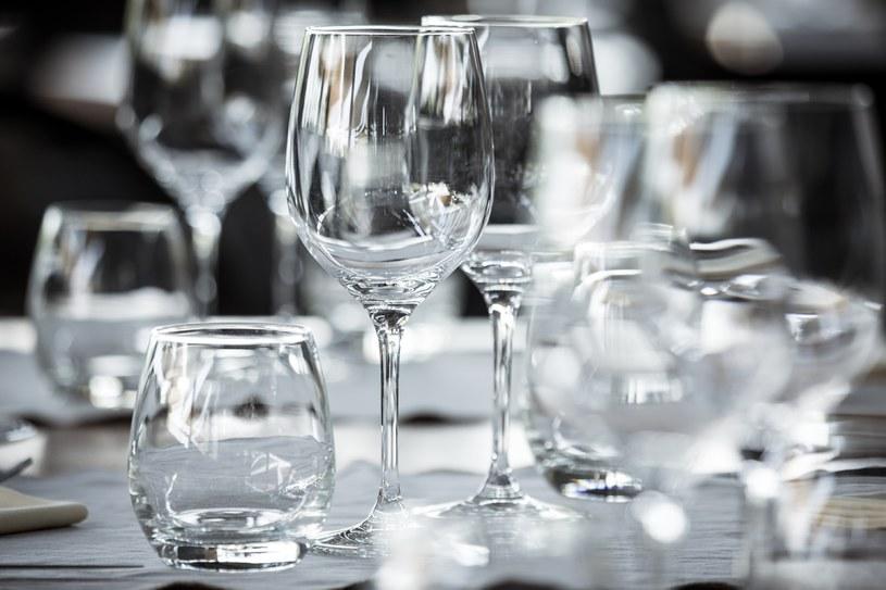 Szkło, porcelanę albo gliniane naczynia sklei ałun /123RF/PICSEL