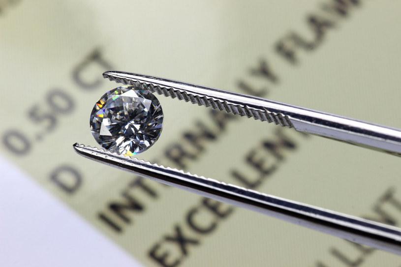 Szkło twardsze od diamentu? Takie rzeczy tylko w Chinach /123RF/PICSEL
