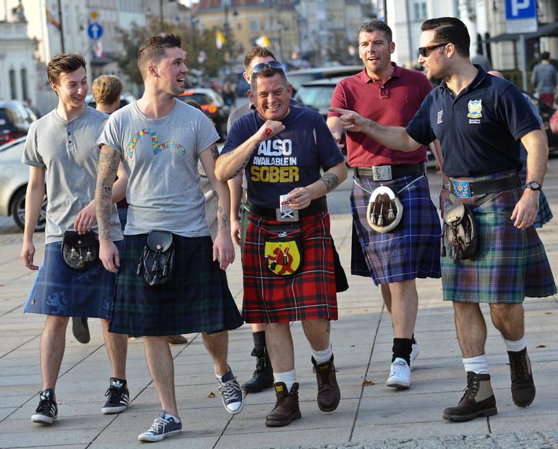 Szkoccy kibice piłki nożnej w tradycyjnych kiltach dzień przed meczem z Polską spacerują po Krakowskim Przedmieściu w Warszawie /Marcin Obara /PAP