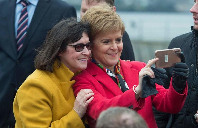 Szkocka premier Nicola Sturgeon robi sobie selfie z Margaret Ferrier (po lewej), zdjęcie pochodzi z grudnia 2019 roku /NEIL HANNA  /AFP