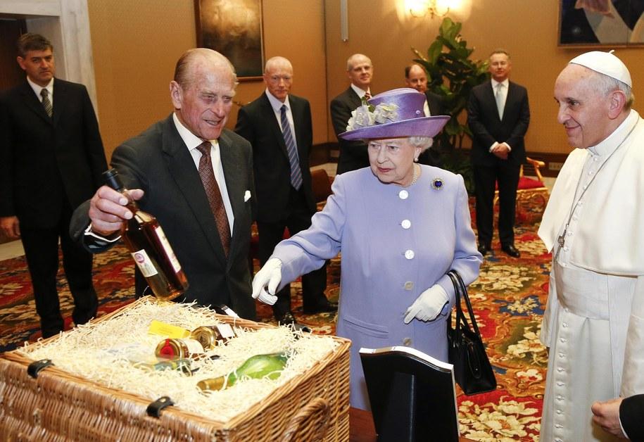 Szkocką whisky i miód oraz żywność biologiczną otrzymał papież Franciszek od królowej Elżbiety II /STEFANO RELLANDINI  /PAP/EPA