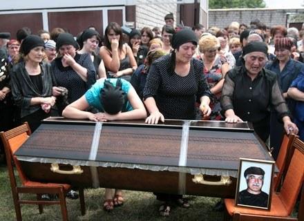 Szkoda, że giną niewinni. Nz. pożegnanie Wasilija Bazajewa, Osetyńca, który zginął w Cchinwali /AFP