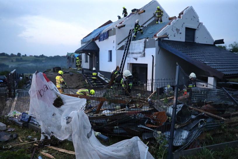 Szkody spowodowane przez trąbę powietrzną i grad  we wsi Librantowa k. Nowego Sącza. /PAP/Grzegorz Momot /PAP