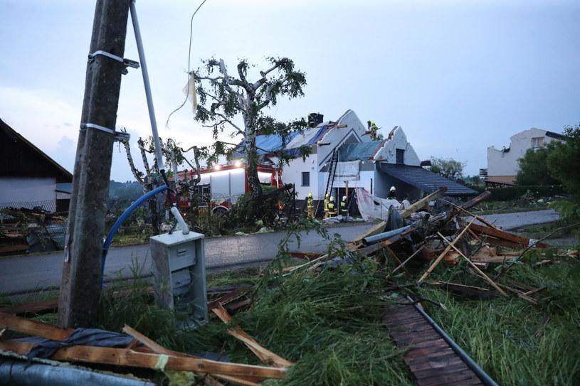 Szkody spowodowane przez trąbę powietrzną i grad we wsi Librantowa koło Nowego Sącza /PAP/Grzegorz Momot /PAP