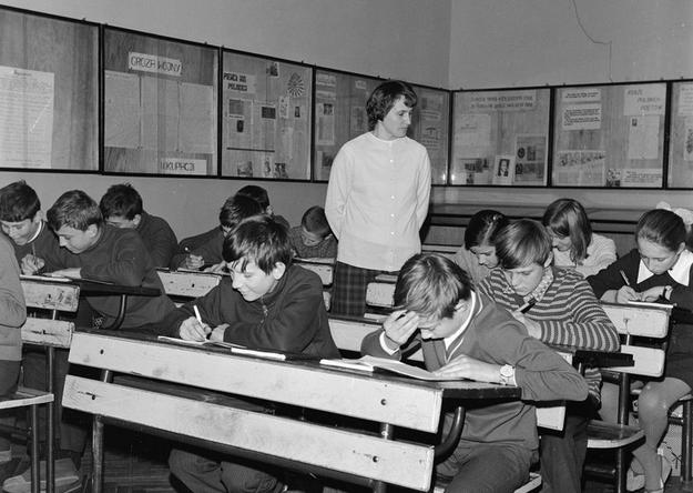 Szkoła Podstawowa w Dębe. Nauczycielka prowadzi lekcję. Zdjęcie z 1972 roku /Z archiwum Narodowego Archiwum Cyfrowego