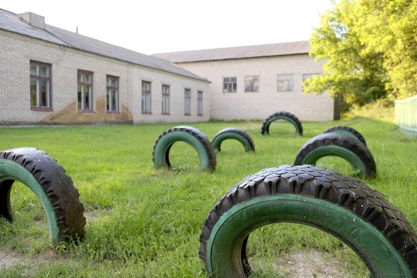 Szkoła w Małej Kawaszywasze. Dach z eternitu, nieocieplona zagrzybiona ściana... /Paweł Krawczyk /INTERIA.PL