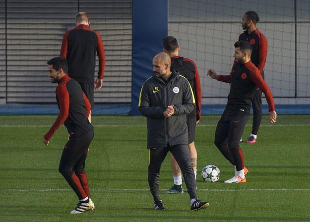 Szkoleniowiec Manchesteru City Pep Guardiola podczas treningu swojej drużyny dzień przed starciem z Barceloną w grupie C Ligi Mistrzów /PETER POWELL   /PAP/EPA