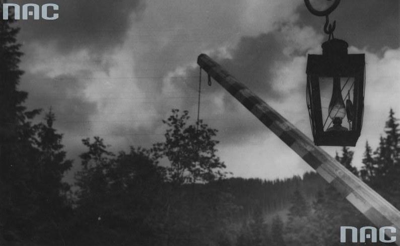 Szlaban na granicy polsko-czechosłowackiej /Z archiwum Narodowego Archiwum Cyfrowego
