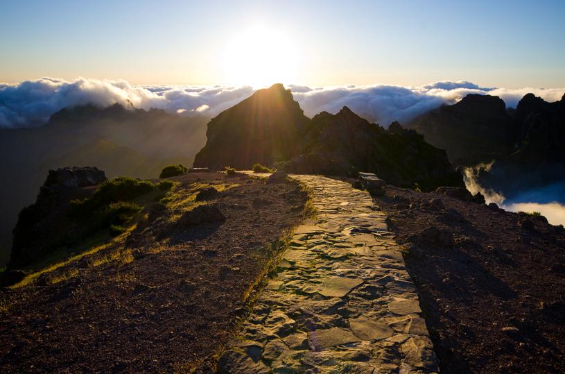 Szlak prowadzący na najwyższy szczyt Madery, Pico Ruivo /123RF/PICSEL