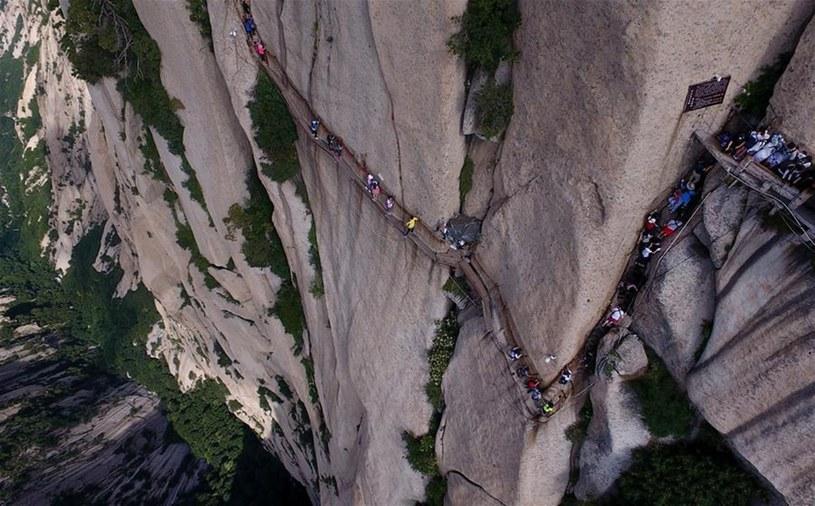 Szlak rozciąga się wsumie na odcinku 12 kilometrów. Już 700 lat temu mnisi pielgrzymowali tą ścieżką, ale bez uprzęży wspinaczkowych /East News