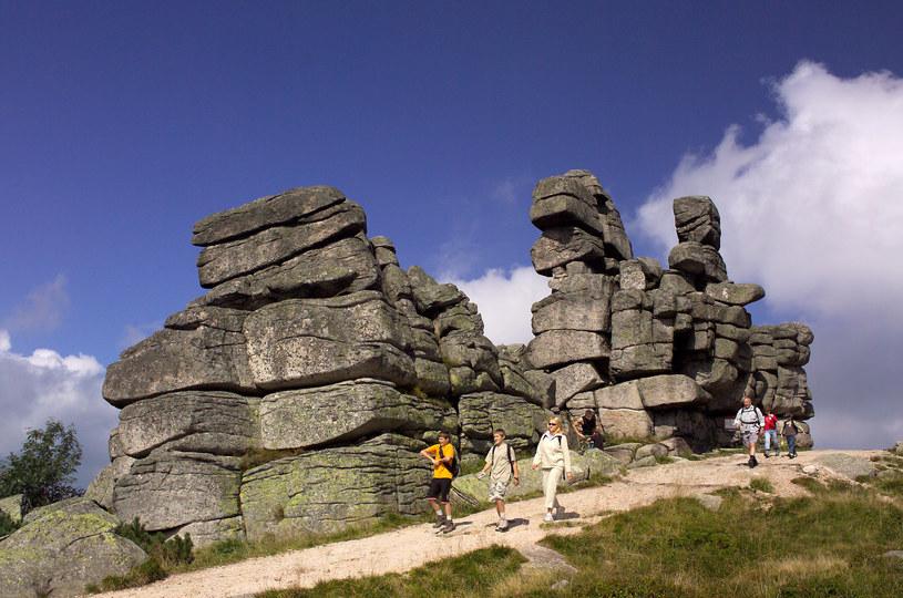 Szlak ze Szrenicy do Śnieżnych Kotłów. Na zdjęciu: turyści mijają grupę skalną Trzy Świnki /Marek Skorupski /Agencja FORUM