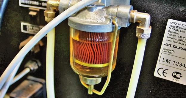 Szlam z korozji zapycha filtr i przewody paliwowe. Może to nawet unieruchomić auto. /Motor
