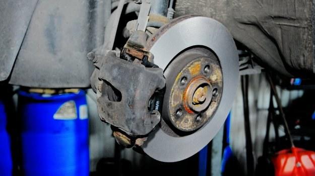 Szlifowanie tarcz przy każdej wymianie klocków wydłuża ich żywotność. /Motor