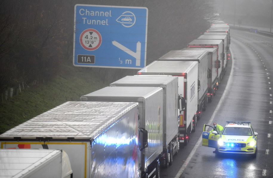 Sznur ciężarówek /NEIL HALL /PAP/EPA