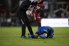 Szokujące sceny na stadionie w Szwecji. Zamaskowany chuligan zaatakował bramkarza
