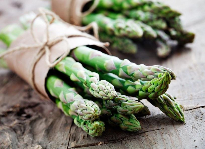 Szparagi pomagają zachować młody wygląd, bo są bogate w kwas foliowy /Picsel /123RF/PICSEL
