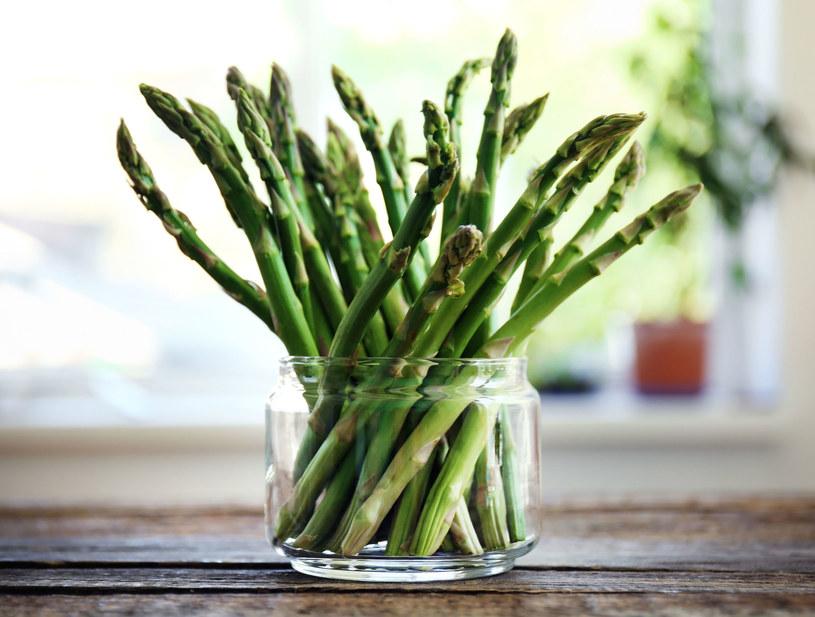 Szparagi to naturalny afrodyzjak, który przyczynia się do wzrostu popędu płciowego u kobiet /123RF/PICSEL