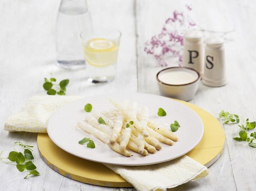 Szparagi w sosie jogurtowym /materiały prasowe