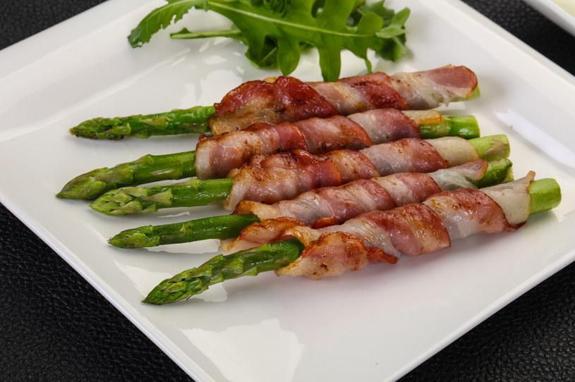 Szparagi z boczkiem to doskonały pomysł na kolację /Picsel /123RF/PICSEL