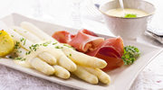 Szparagi z sosem pleśniowym i boczkiem