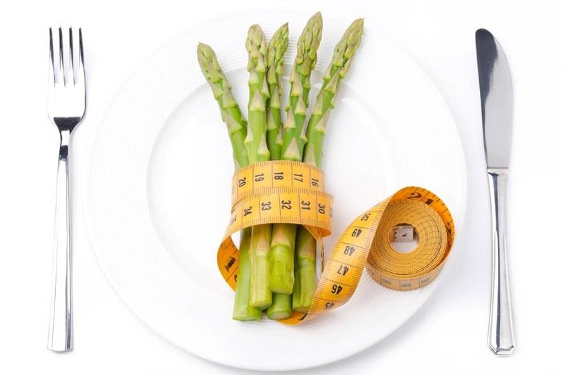 Szparagi zawierają sporo białka, są źródłem witamin /123RF/PICSEL