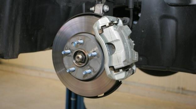 Szpilki trwale zamontowane w piaście znacznie ułatwiają zakładanie koła. /Motor