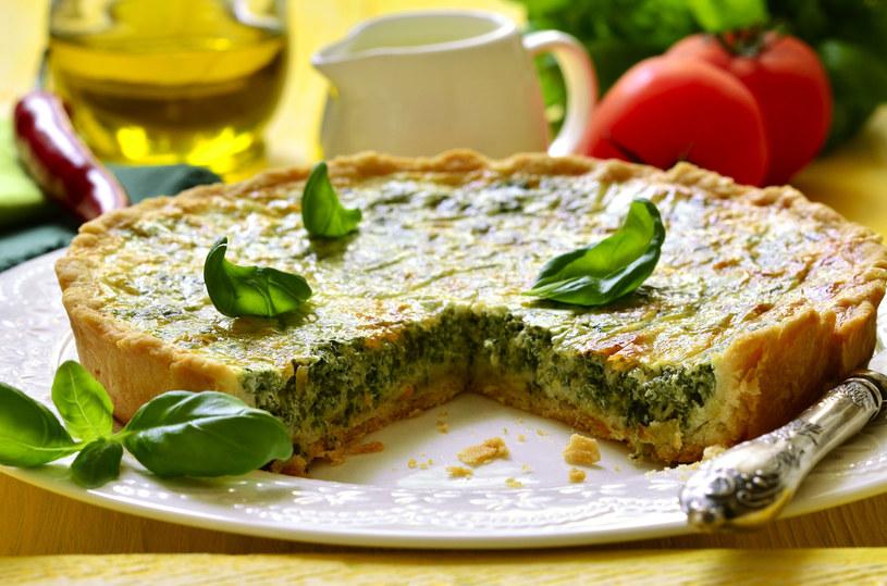 Szpinak doskonale smakuje jako składnik tarty lub pizzy /123RF/PICSEL