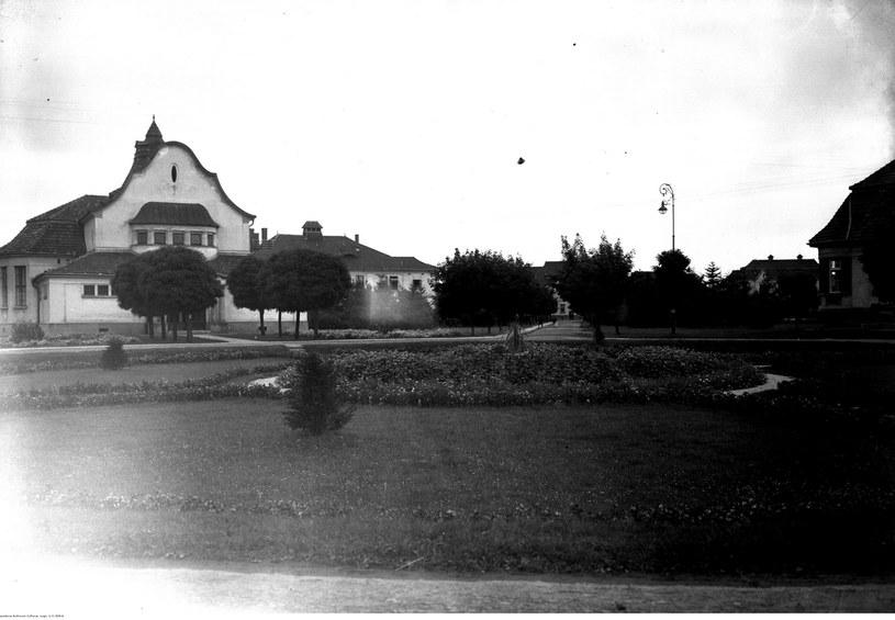 Szpital im. dr. Józefa Babińskiego w Kobierzynie. Budynek teatru. Sierpień 1927 /Ze zbiorów Narodowego Archiwum Cyfrowego