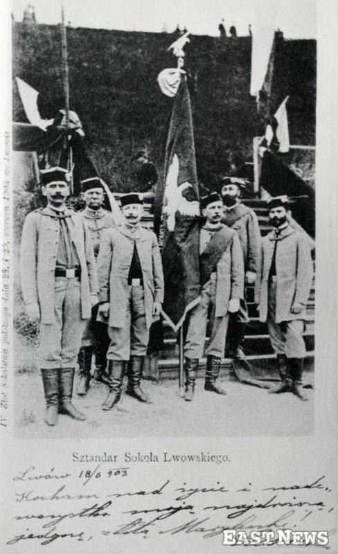 Sztandar Sokoła Lwowskiego na zlocie Sokolstwa polskiego w dniach 28-29 czerwca 1903 r. we Lwowie /zbiory D. B. Łomaczewska /East News