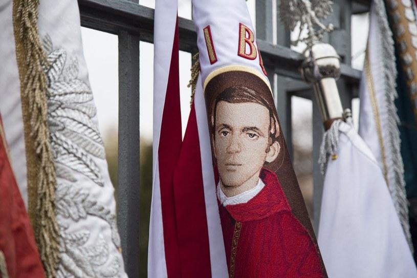 Sztandar z wizerunkiem ks. Jerzego Popieluszki /Maciej Luczniewski/REPORTER /Reporter