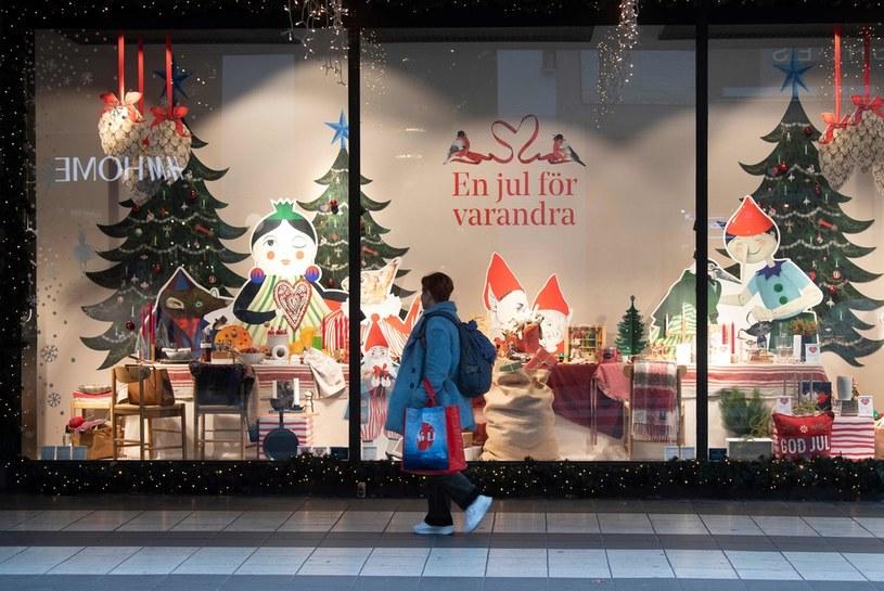 Sztokholm podczas pandemii koronawirusa. Na wystawach sklepów pojawiły się już świąteczne dekoracje /Fredrik SANDBERG / TT News / AFP Agency /AFP