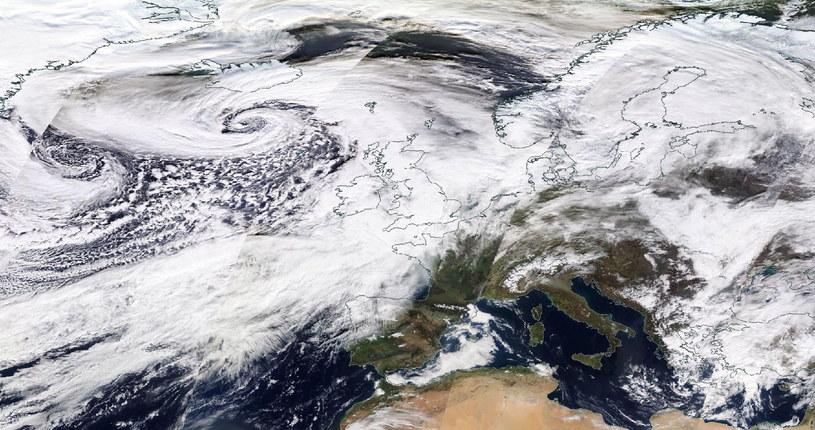 Sztorm Dennis na północnym Atlantyku, 15 lutego 2020 r. /NASA WORLDVIEW /PAP/EPA