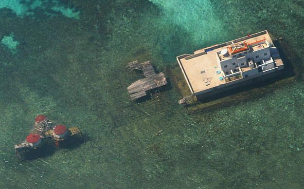 Sztuczne chińskie wyspy na rafie koralowej archipelagu Wysp Spratly /AFP